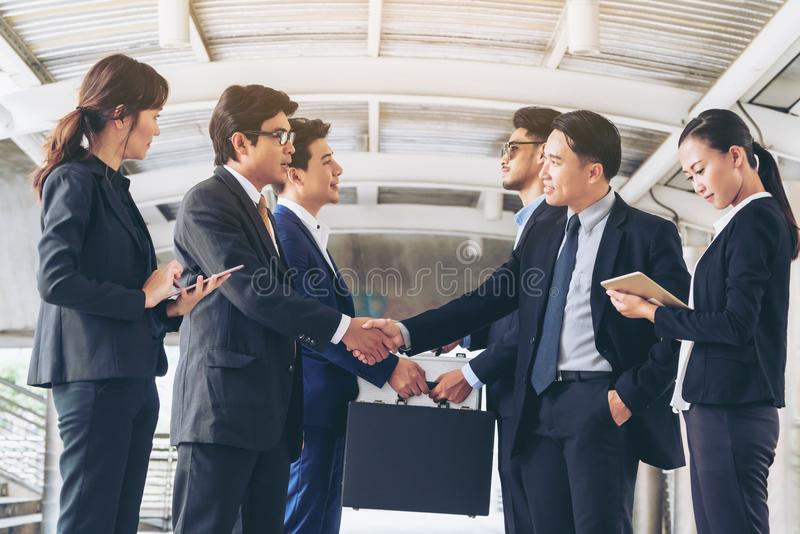 Action des gens d'affaires rencontrant l'accord image stock