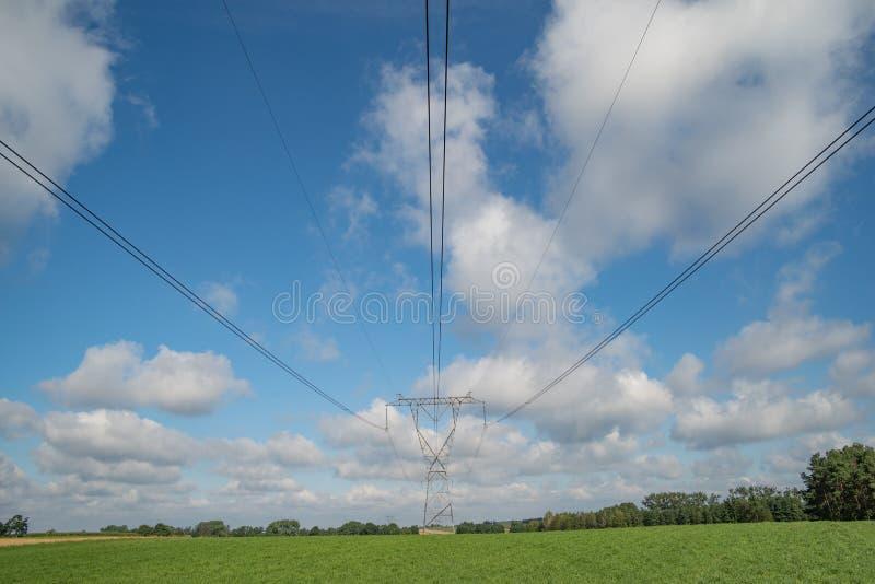 Actionnez les pylônes et les lignes à haute tension dans un paysage agricole en Europe photos stock