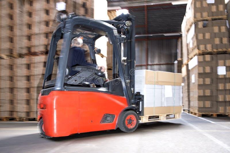 Actions de transport de travailleur sur le chariot élévateur images stock