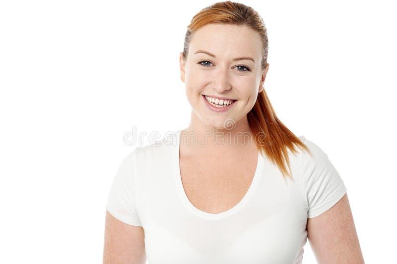 Actitud casual sonriente de la mujer joven imagen de archivo libre de regalías