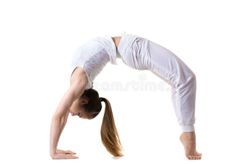 Actitud de la yoga de la rueda imagen de archivo