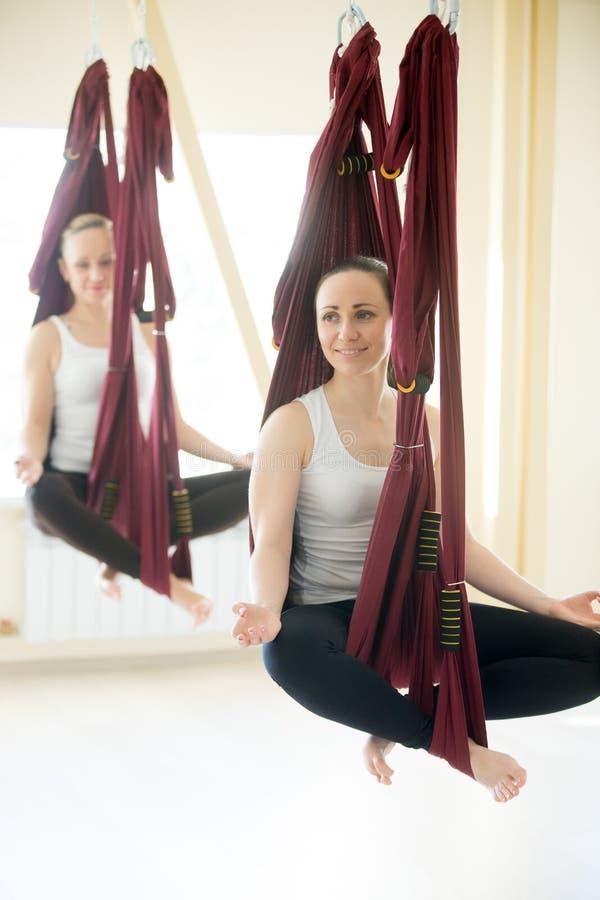 Actitud de la yoga de Sukhasana en hamacas foto de archivo libre de regalías