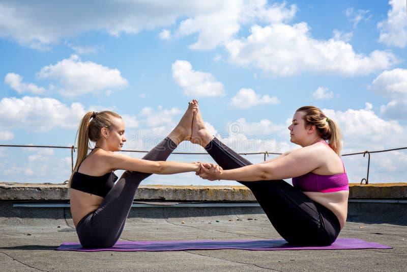 Actitud de la yoga del afiliado para la balanza fotos de archivo libres de regalías