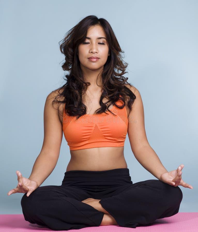 Actitud de la yoga del loto foto de archivo