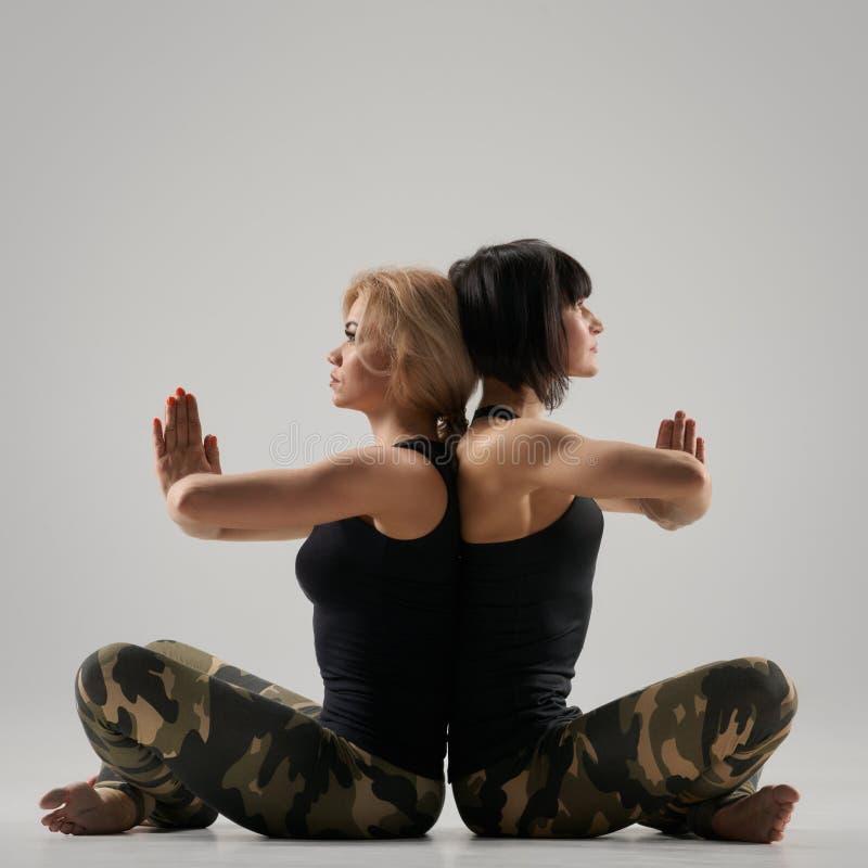 Actitud de la yoga de los pares foto de archivo libre de regalías