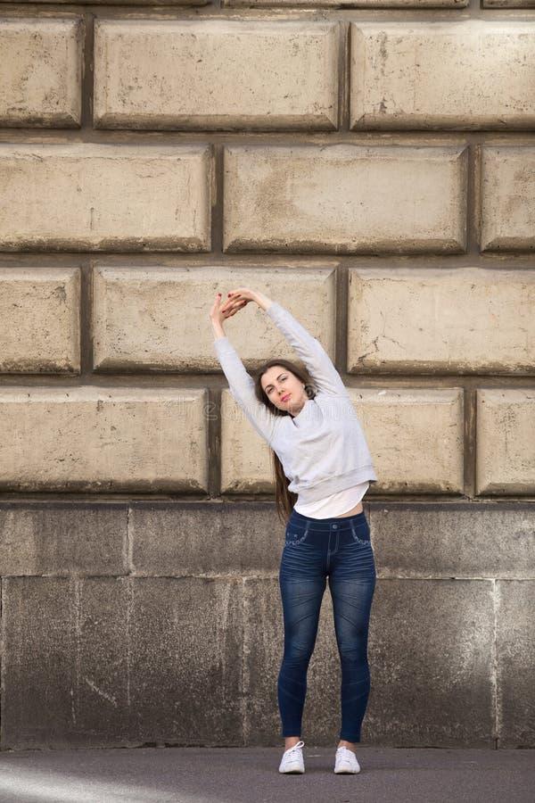 Actitud de ocsilación de la yoga de la palmera foto de archivo libre de regalías