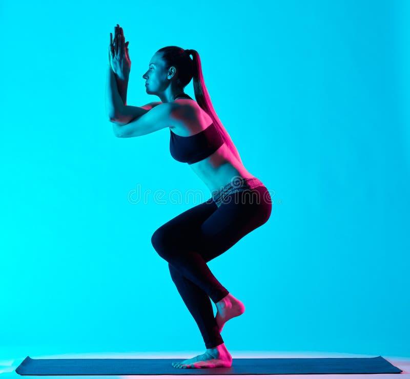 Actitud del águila de Garudasana de los exercices de la yoga de la mujer fotos de archivo