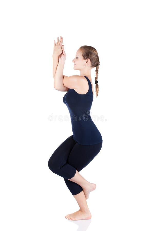 Actitud del águila del garudasana de la yoga imagenes de archivo