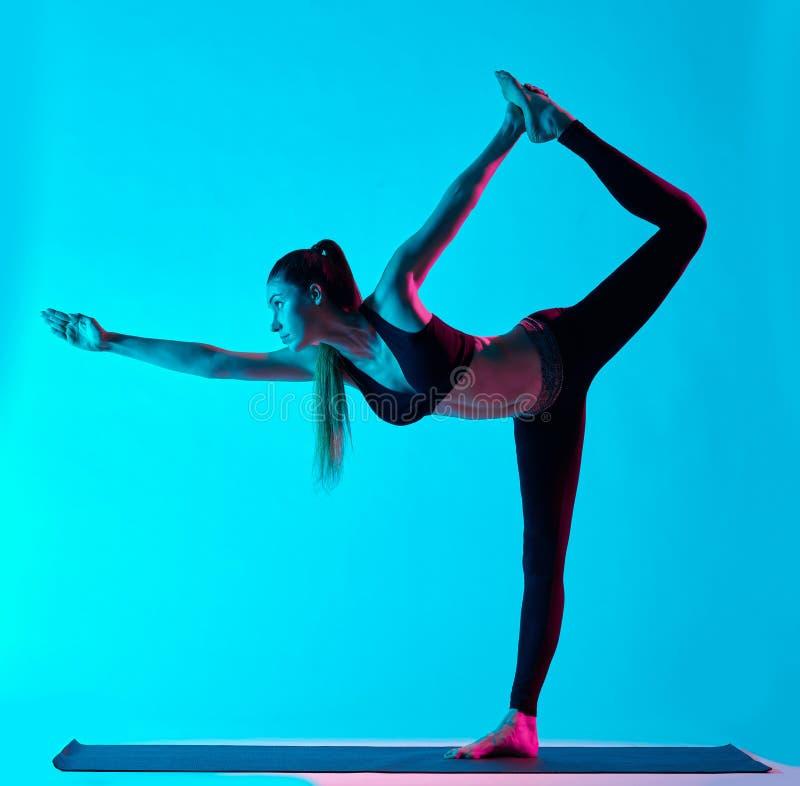Actitud del bailarín de Natarajasana de los exercices de la yoga de la mujer foto de archivo