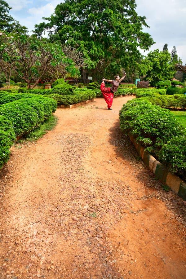 Actitud del bailarín del natarajasana de la yoga en el jardín de Lalbagh imagen de archivo