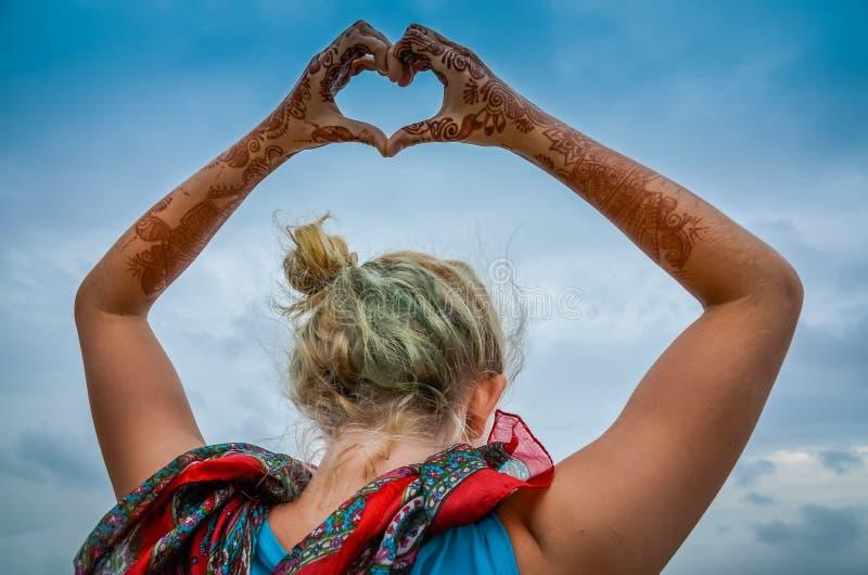 Actitud del corazón - Henna Hands foto de archivo libre de regalías