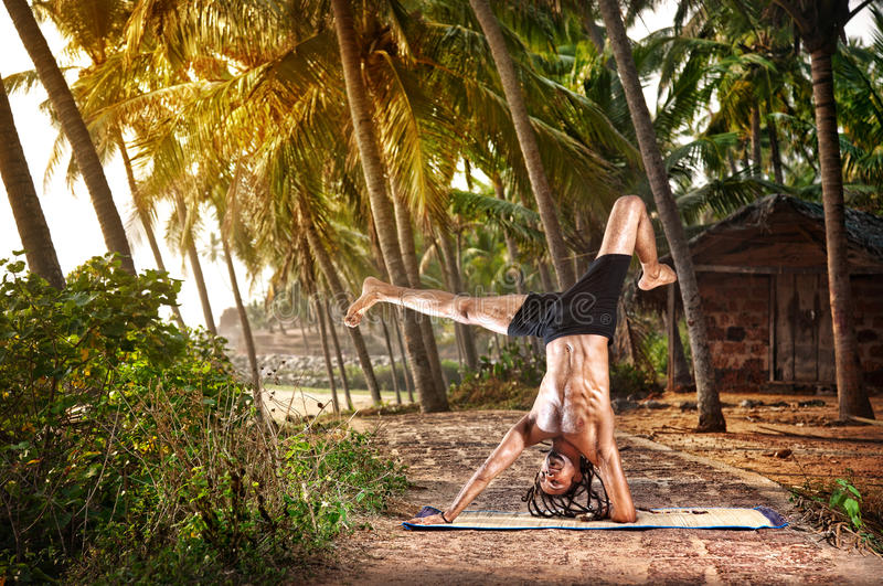 Actitud del handstand de la yoga en trópico imagen de archivo libre de regalías