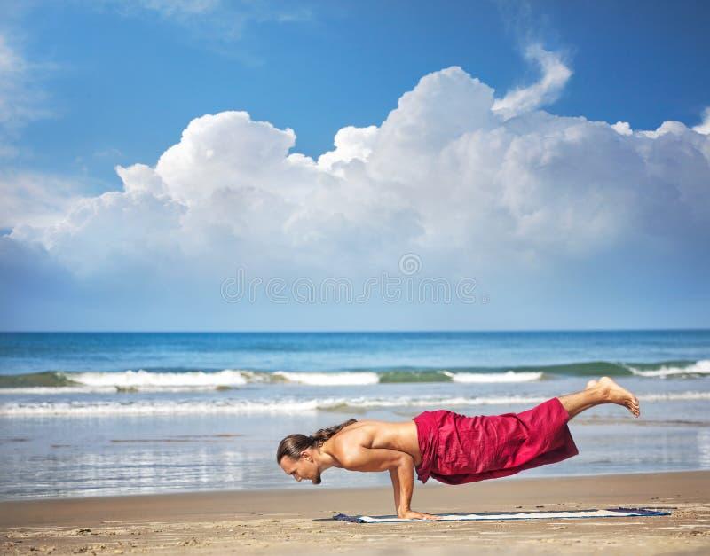 Actitud del pavo real de Mayurasana de la yoga fotos de archivo libres de regalías