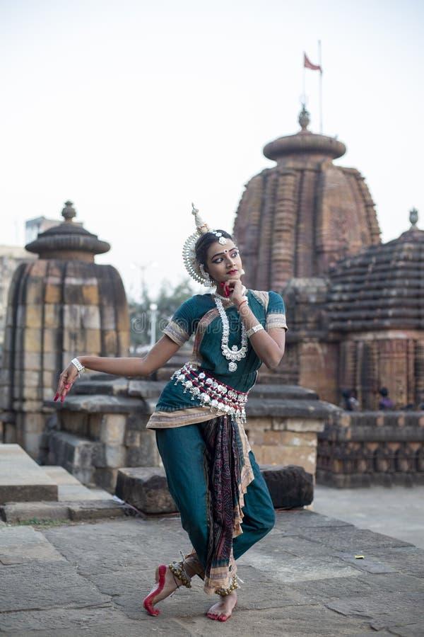 Actitud destacada del bailarín de Orissi o de Odissi contra el contexto de un templo con las esculturas en bhubaneswar, Odisha imágenes de archivo libres de regalías