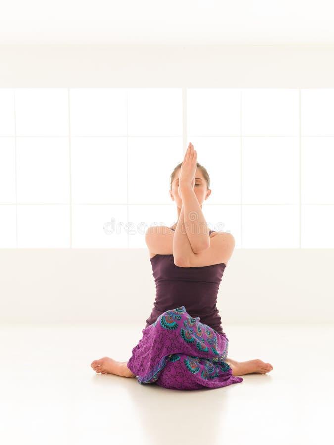 Actitud difícil de la yoga imagen de archivo