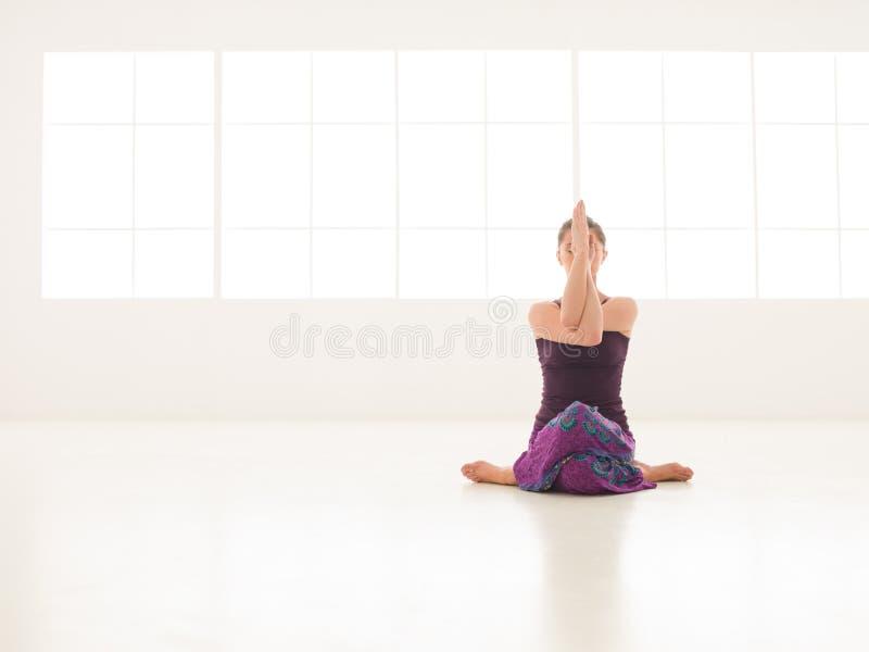 Actitud difícil de la yoga fotos de archivo