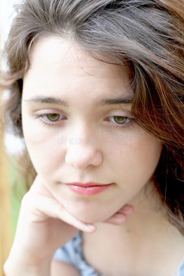 Actitud enojada de la muchacha adolescente fotografía de archivo libre de regalías