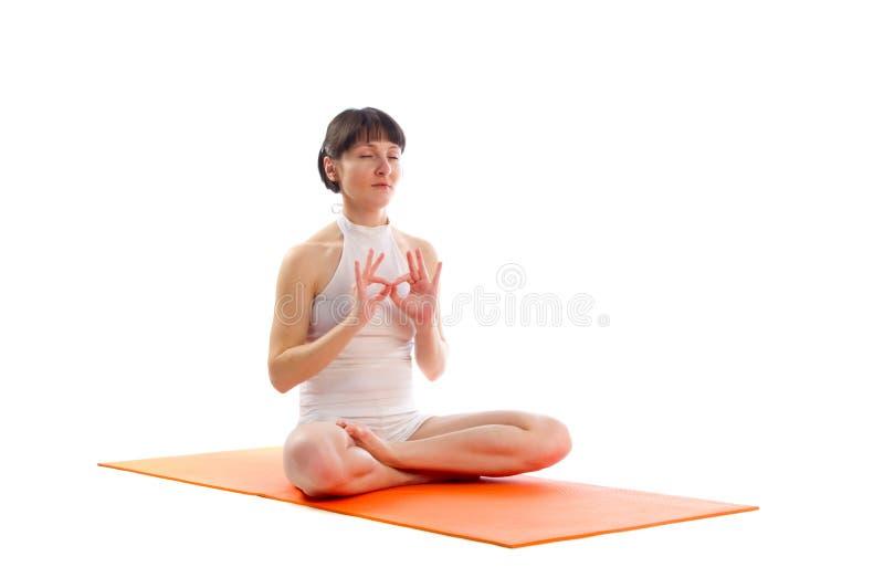 Actitud fácil de la yoga con gesto del mudra del padma foto de archivo