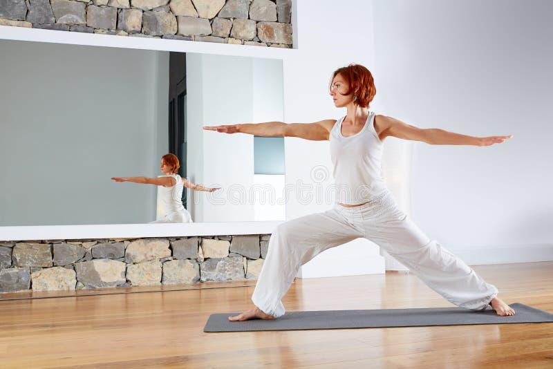 Actitud II del guerrero dos de la yoga en piso de madera foto de archivo libre de regalías