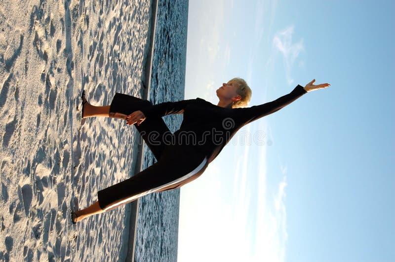 Actitud mayor de la yoga foto de archivo libre de regalías