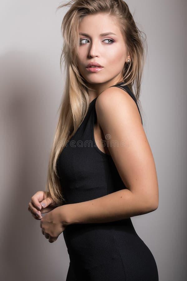 Actitud modelo sensual joven de la mujer en estudio foto de archivo libre de regalías