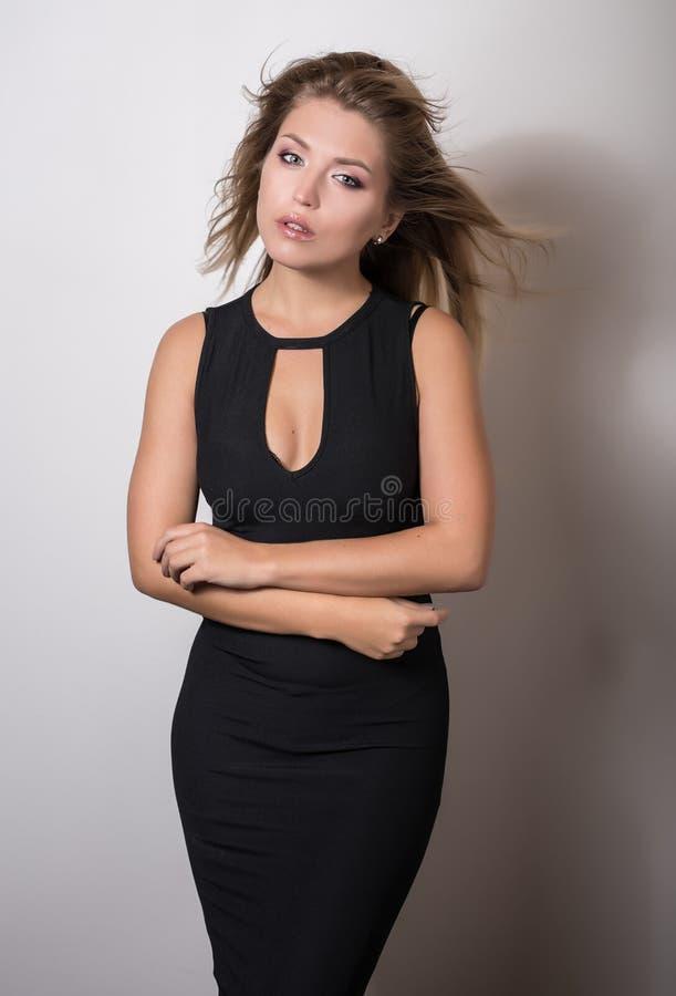 Actitud modelo sensual joven de la mujer en estudio foto de archivo