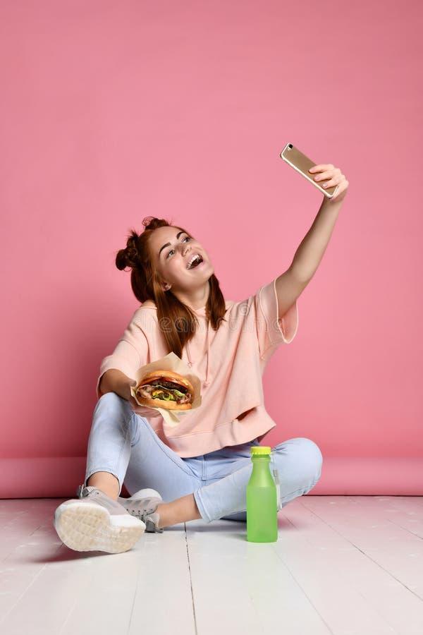 Actitud positiva de la mujer joven del jengibre para el selfie, imágenes de archivo libres de regalías