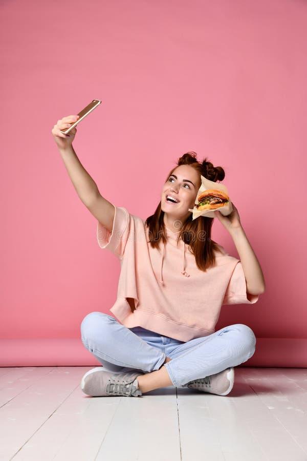 Actitud positiva de la mujer joven del jengibre para el selfie, imagen de archivo libre de regalías