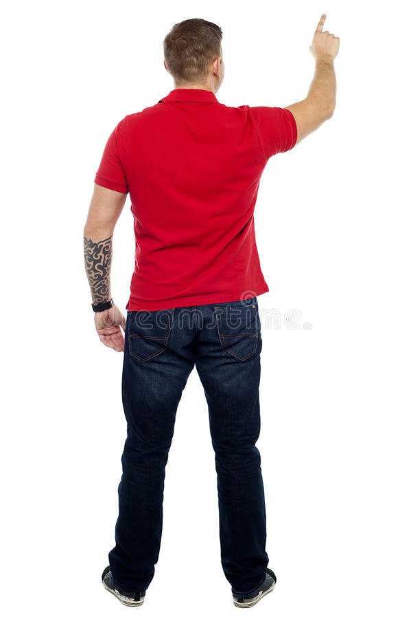 Actitud posterior del hombre que señala en el área de espacio de la copia fotos de archivo libres de regalías