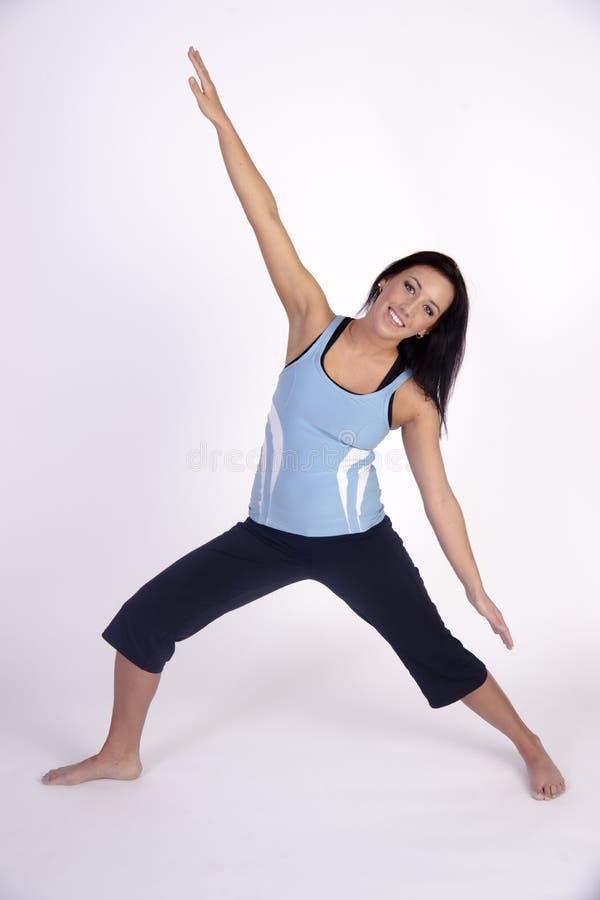 Actitud practicante de la meditación de la yoga de la mujer morena joven hermosa imagenes de archivo