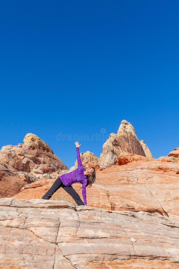 Actitud practicante de Mudra de la yoga de la mujer al aire libre? imágenes de archivo libres de regalías