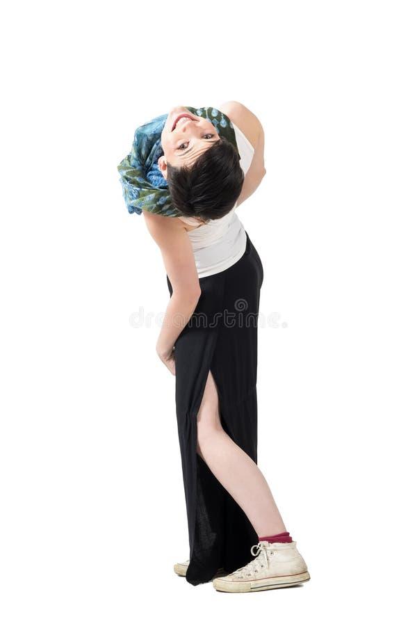 Actitud torpe de la mujer juguetona joven del pelo corto que dobla al revés y que mira la cámara al revés imágenes de archivo libres de regalías