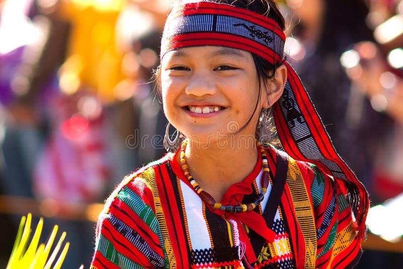 Actitudes de la muchacha del Igorot en el desfile del festival de la flor foto de archivo libre de regalías