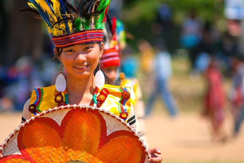 Actitudes de la muchacha del Igorot en el desfile del festival de la flor foto de archivo