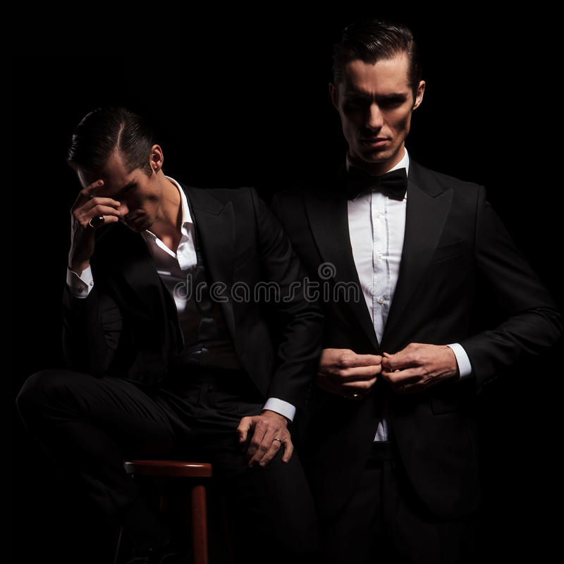 2 actitudes del hombre de negocios elegante en traje negro con el bowtie fotos de archivo