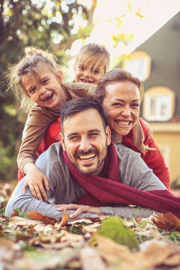Actitudes felices de la familia a la cámara mirada de la cámara fotos de archivo libres de regalías