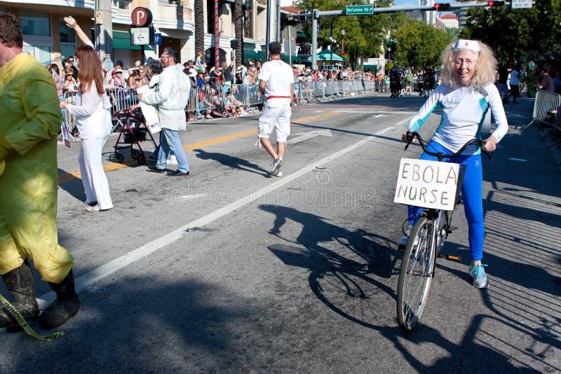 Actitudes mayores de la mujer como desfile de In Oddball Miami de la enfermera de Ebola imágenes de archivo libres de regalías