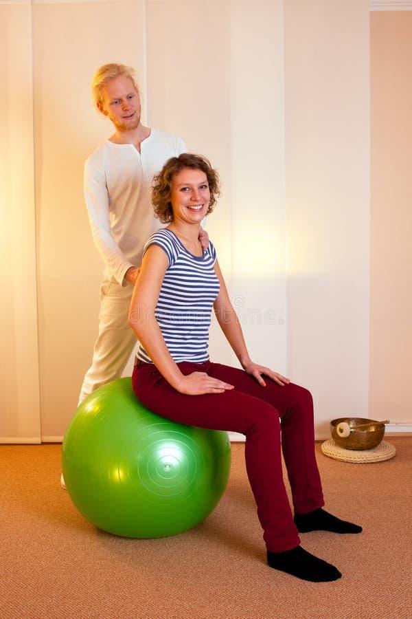 Actitudes practicantes del adulto en bola del ejercicio imagen de archivo libre de regalías