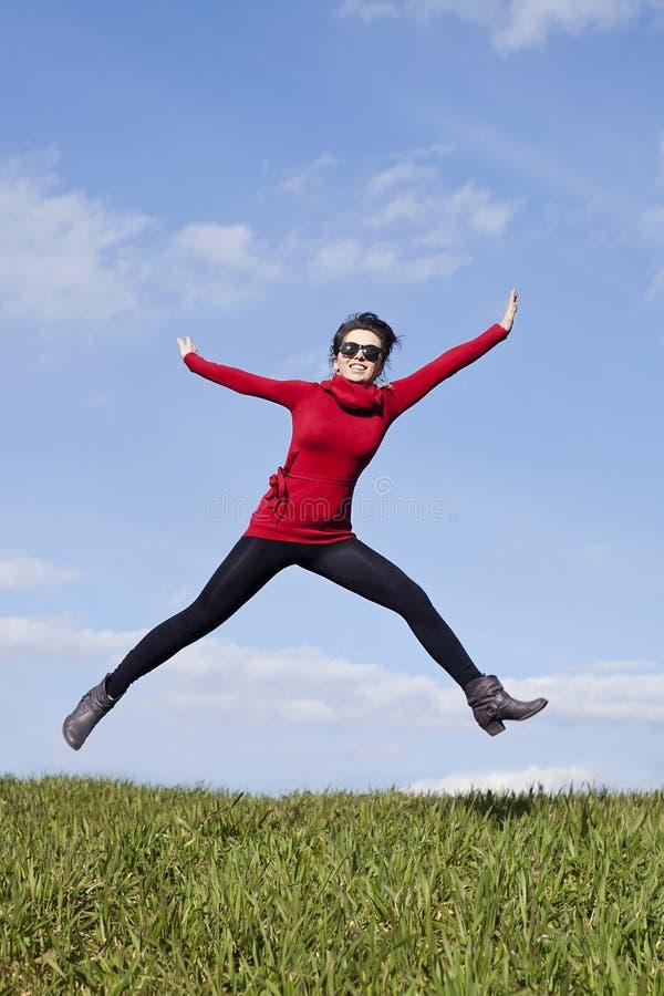 active är den sunda banhoppningstaykvinnan royaltyfri fotografi