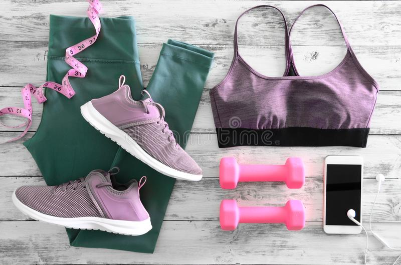 Active женщин одевает гетры, тапки обуви бюстгальтера и e стоковое изображение
