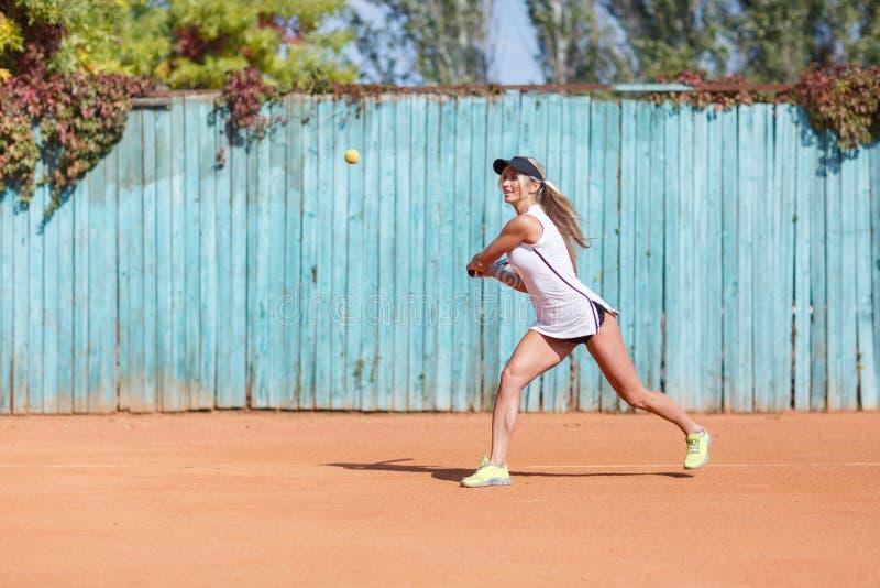 Active trägt Dame zur Schau, die mit Federballschläger auf einem unscharfen Hintergrund läuft Badminton-Konzept Kopieren Sie Plat stockbilder