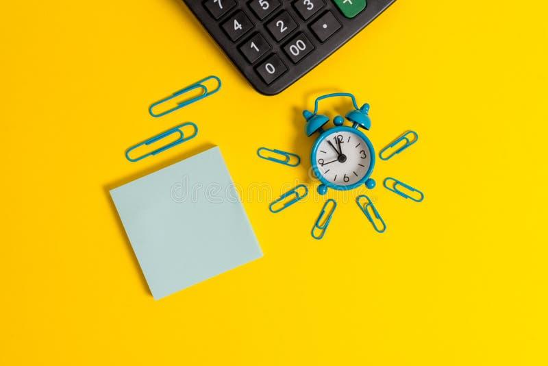 Activering van de metaal knipt retro uitstekende wekker het blad het liggen gekleurde van de calculatorblocnote lege belangrijke  stock foto