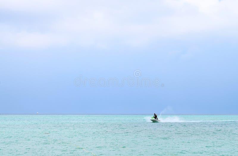 Actividad de los deportes acuáticos - Jet Skiing - Rampur, Neil Island, islas de Andaman Nicobar, la India imagen de archivo libre de regalías