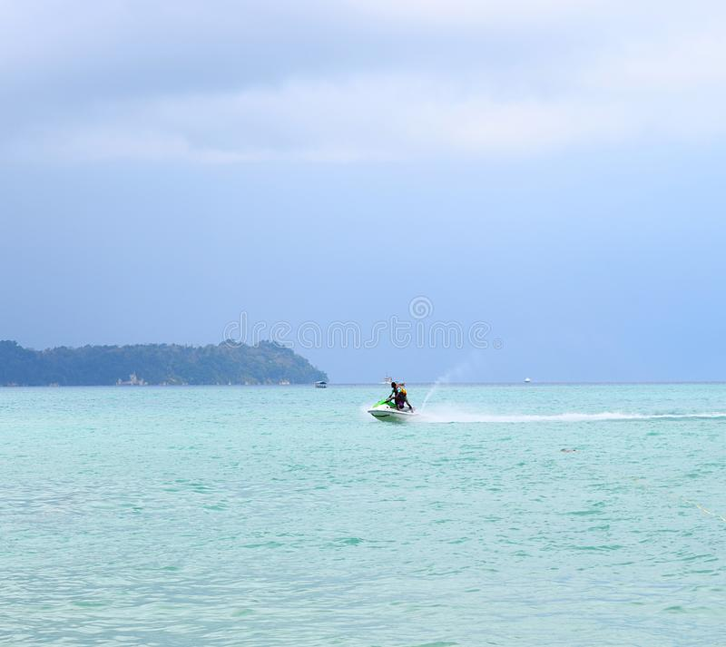 Actividad de los deportes acuáticos - Jet Skiing - Rampur, Neil Island, islas de Andaman Nicobar, la India imágenes de archivo libres de regalías