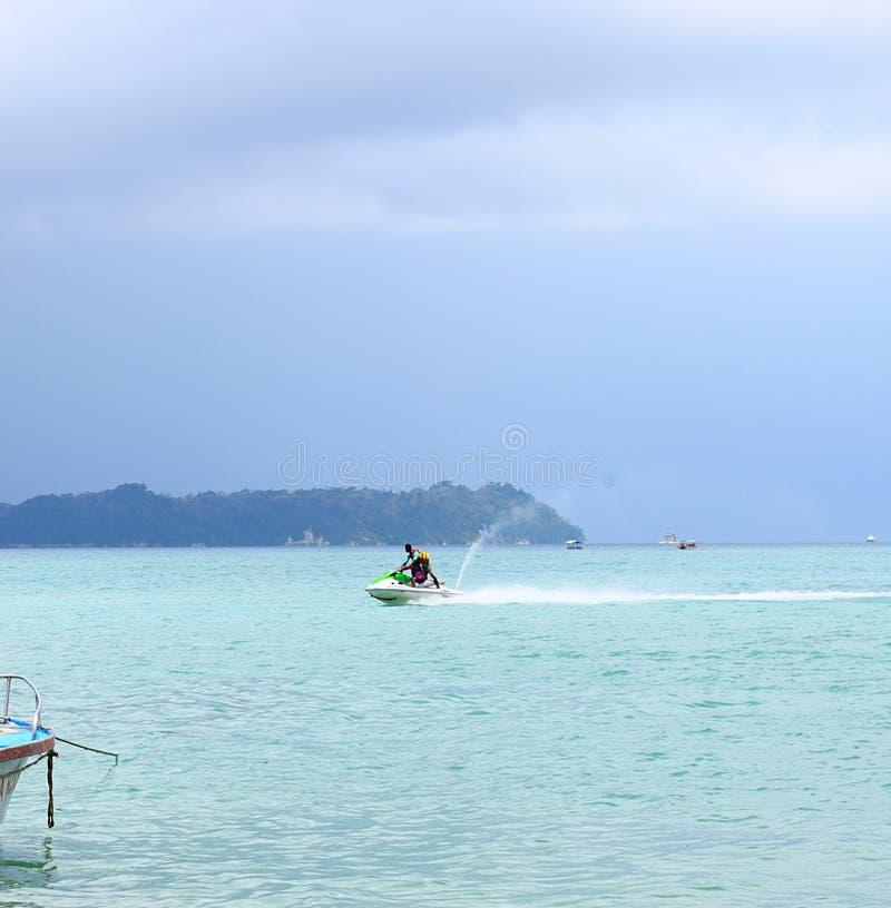 Actividad de los deportes acuáticos - Jet Skiing - Rampur, Neil Island, islas de Andaman Nicobar, la India fotos de archivo libres de regalías