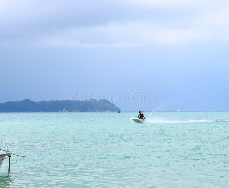 Actividad de los deportes acuáticos - Jet Skiing - Rampur, Neil Island, islas de Andaman Nicobar, la India fotos de archivo