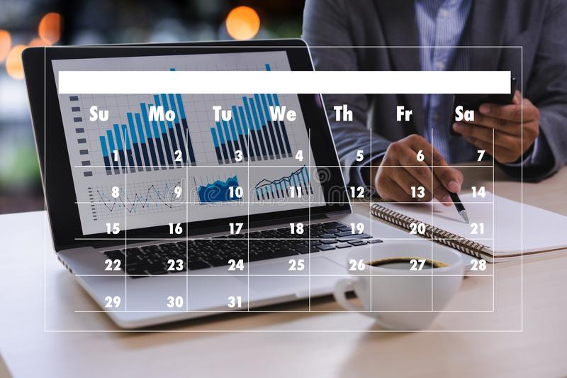 Actividad del orden del día en el hombre de negocios del conputer que hace el orden del día Informati foto de archivo