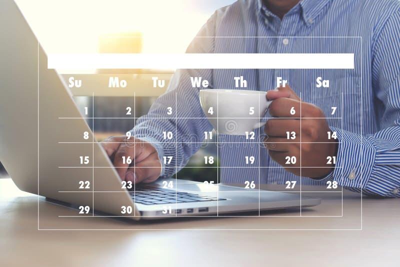 Actividad del orden del día en el hombre de negocios del conputer que hace el orden del día Informati imagen de archivo libre de regalías