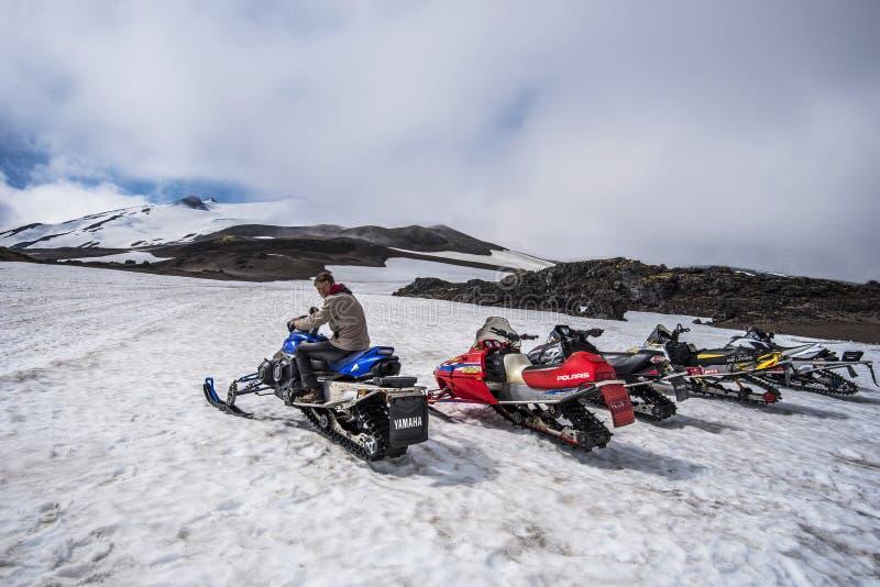 Actividad del paseo de la moto de nieve en el parque nacional de Snaefellsjokull en tiempo de verano Península de Snaefellsnes en imagen de archivo libre de regalías