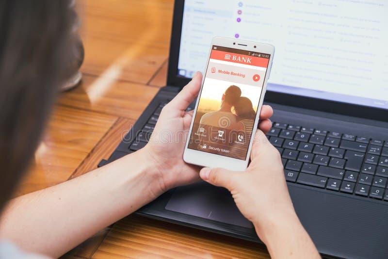 Actividades bancarias móviles en la pantalla del smartphone fotos de archivo